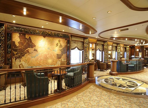 Midships Bar on Queen Elizabeth